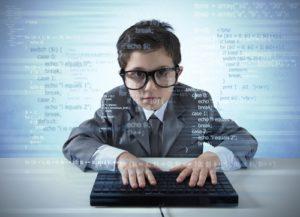 számítógépen ügyeskedő kisfiú