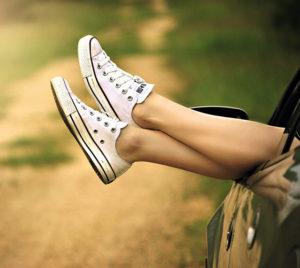 autó ablakából kilógó lábak