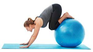 pilates gyakorlatot végző nő