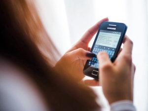 telefonján üzenetet író lány