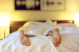 ágyban alvó személy