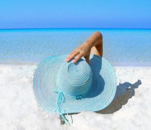 napozó nő a tengerparton