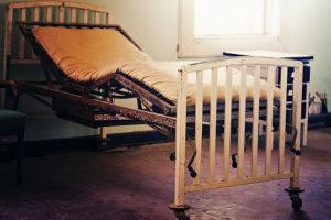 üres kórházi ágy