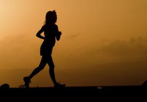 naplementében futó lány