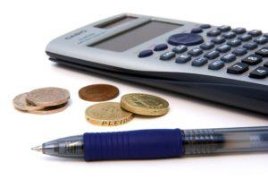 számológép és pénzérmék
