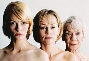 egy 20, egy 40 és egy 60 év körüli nő