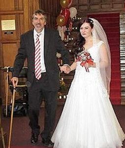 Steve Barnes oltár elé kíséri lányát